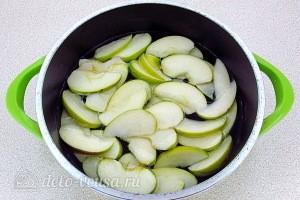 Заливаем яблоки водой и варим 10-15 минут