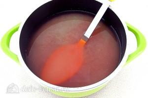 Соединяем яблоки с клюквенным отваром и добавляем сахар