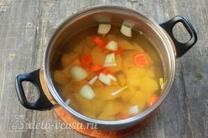 Картошку, морковь и лук режем и заливаем водой