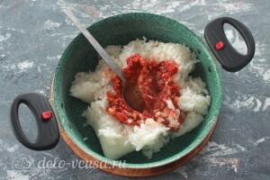 Лук добавляем к рису