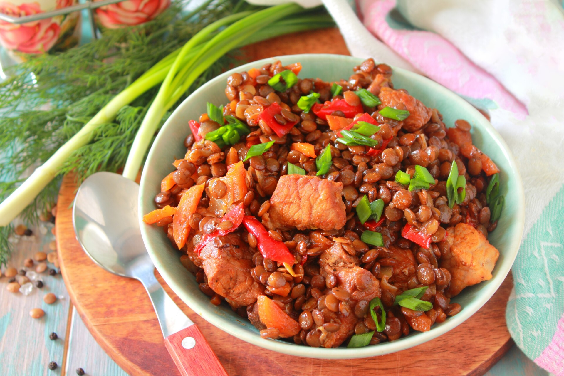 Чечевица со свининой и овощами