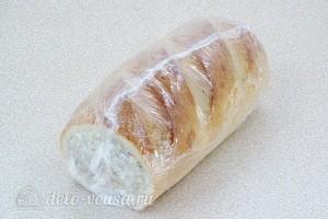 Заматываем батон пищевой пленкой и прячем в холодильник на 2 часа