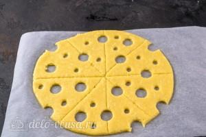 Вырезаем дырочки имитируя сыр