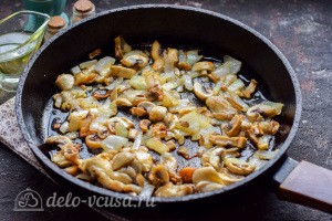 Жарим грибы и лук до готовности