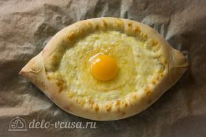 Вбиваем яйцо и отправляем хачапури в духовку