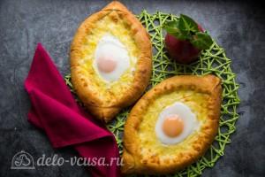Хачапури по-аджарски с сыром сулугуни готовы