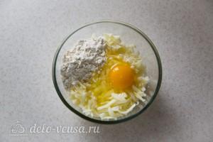 Добавляем яйцо, муку и воду