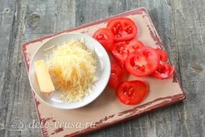Трем сыр на терке, помидоры режем кружочками