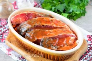 Поливаем рыбу томатным соусом или соком