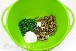 Соединяем оливки, лук и заправку