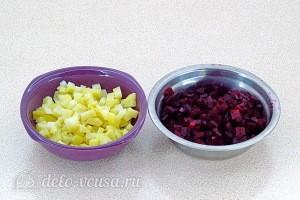 Режем вареную картошку и свеклу кубиками
