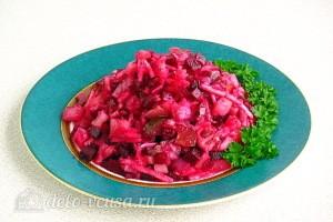 Картофельный салат со свеклой, сельдью и яблоками готов
