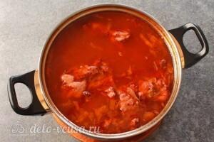 За 5 минут до готовности супа солим и добавляем в него зелень