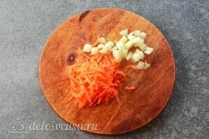 Режем лук и трем морковь
