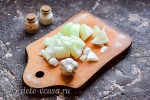 Чистим и режем чеснок и лук