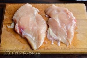 Разрезаем куриное филе вдоль на две части