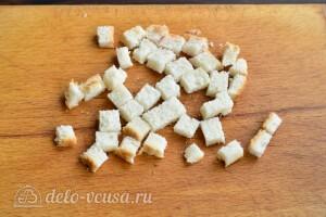 Белый хлеб или батон режеи небольшими кубиками или соломкой