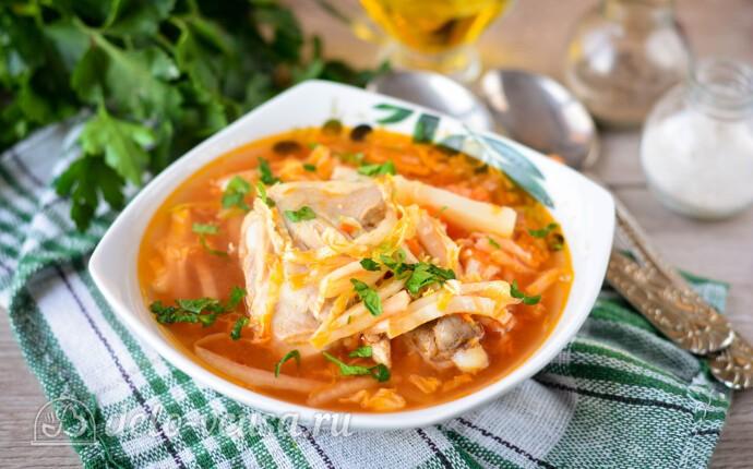 Легкий куриный суп с пекинской капустой и томатной пастой