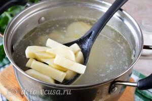 Отправляем картошку в бульон