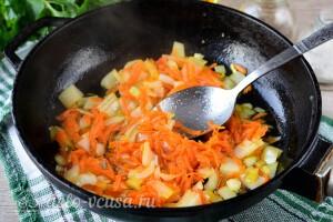Обжариваем лук и морковь на растительном масле