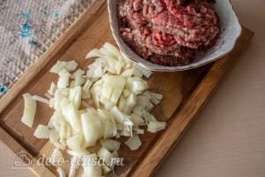 Лук режем кубиками, а мясной фарш пропускаем через мясорубку