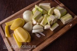 Режем лук, кабачки и картошку