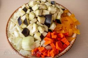 Морковь, баклажаны, сладкий перец и лук режем крупными кубиками