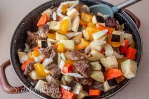 Отправляем овощи к мясу и тушим на небольшом огне до готовности