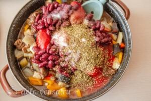 Добавляем фасоль, томаты и специи по вкусу, тушим еще 15 минут