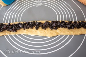 Кладем начинку из половины чернослива