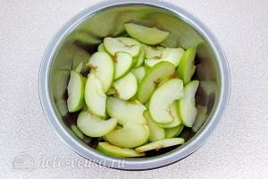 Яблоки чистим и режем тонкими дольками