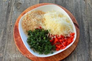 Соединяем сыр, курагу, зелень и панировочные сухари