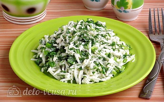 Витаминный салат из черной редьки с зеленью и яйцами