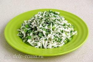 Салат из черной редьки с зеленью и яйцами готов
