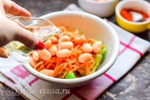 Заправляем салат маслом и специями