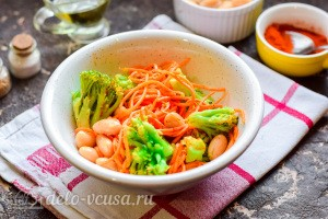 Салат из фасоли с брокколи и морковью по-корейски готов