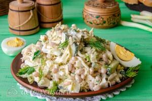 Салат из пекинской капусты с фасолью и огурцом готов