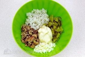 Соединяем все ингредиенты и заправляем салат майонезом