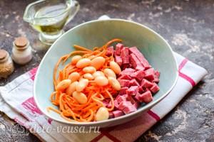 Соединяем в салатнике фасоль, колбасу и морковь