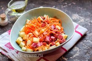 Сытный салат из фасоли с колбасой и сухариками готов