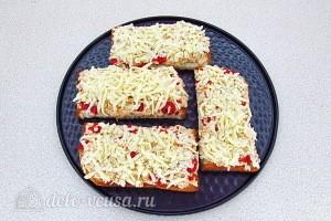 Посыпаем бутерброды сыром