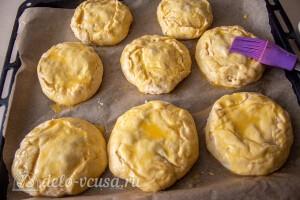 Смазываем пирожки и отправляем их в духовку