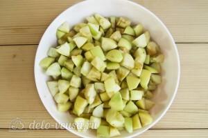 Чистим и режем яблоки кубиками