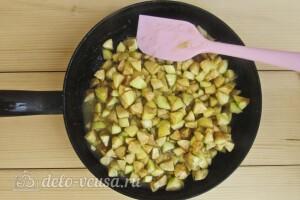Добавляем яблоки и прогреваем несколько минут