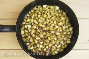 Снимаем карамелизированные яблоки с огня и даем им остыть