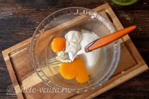 Соединяем яйца со сметаной и сахаром