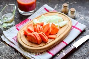 Лук и морковь режем средними кусочками