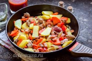 Обжариваем овощи и мясо на сковороде с маслом