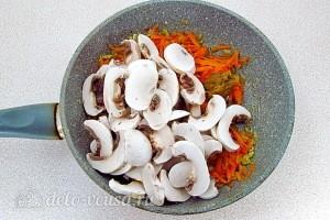 Добавляем грибы в сковороду
