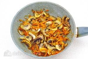 Обжариваем грибы до готовности